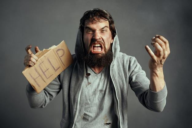 Emotionele dakloze man in vuile kleren bedelt op straat om geld