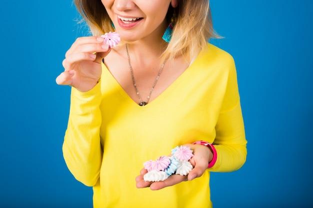 Emotionele gelukkig hipster mooie vrouw in gele blouse op blauw