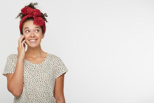 Emotionele gelukkig jong meisje praten met haar vriendje honing op de telefoon