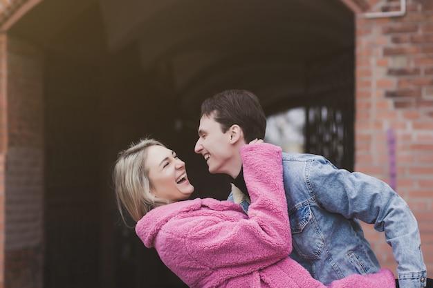 Emotionele jonge paar knuffels en lacht op valentijnsdag