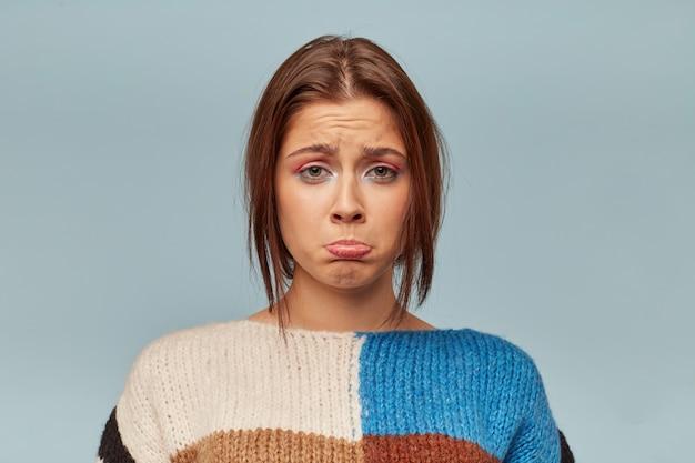 Emotionele jonge vrouw met een droevig gezicht