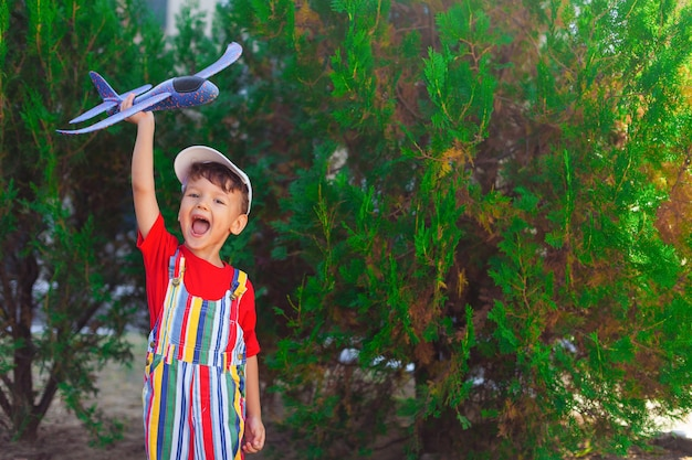 Emotionele jongen met vliegtuig in zijn handen