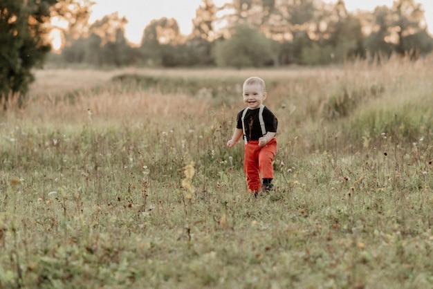 Emotionele jongen op het gras in het veld