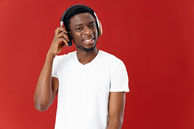 Emotionele man afrikaanse uitstraling hoofdtelefoon technologie muziek moderne stijl. hoge kwaliteit foto