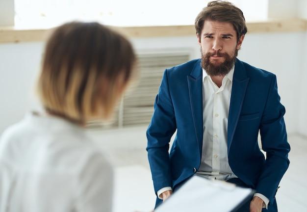 Emotionele man bij de receptie van een psycholoog overleg diagnose van de probleembehandeling