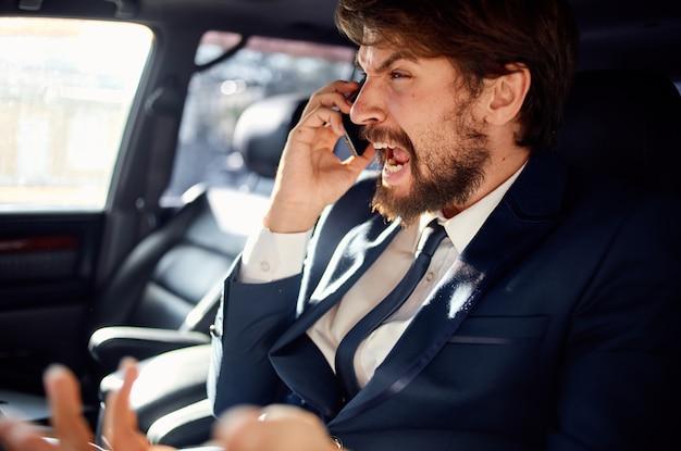 Emotionele man die een autorit rijdt luxe levensstijl zelfvertrouwen