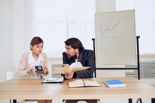 Emotionele man en vrouw op het werk collega's op het werk communicatie