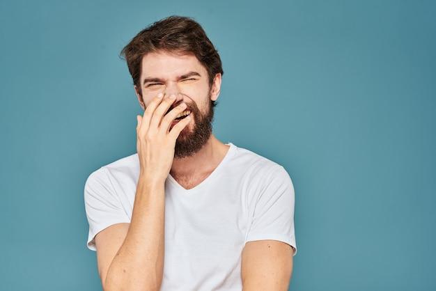 Emotionele man gebaren met handen levensstijl plezier wit t-shirt blauw geïsoleerd
