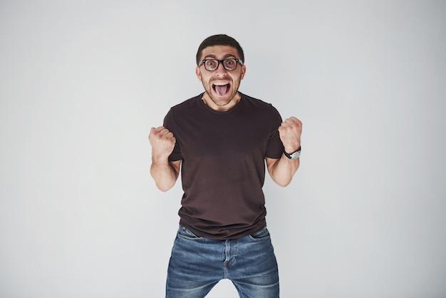 Emotionele man in casual kleding schreeuwt van pijn of angst.