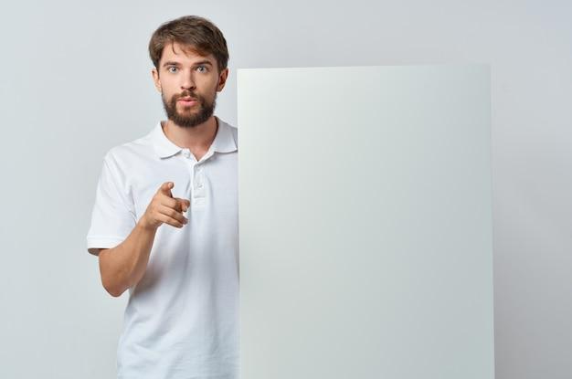 Emotionele man in een witte t-shirt mocap poster korting reclame geïsoleerde achtergrond