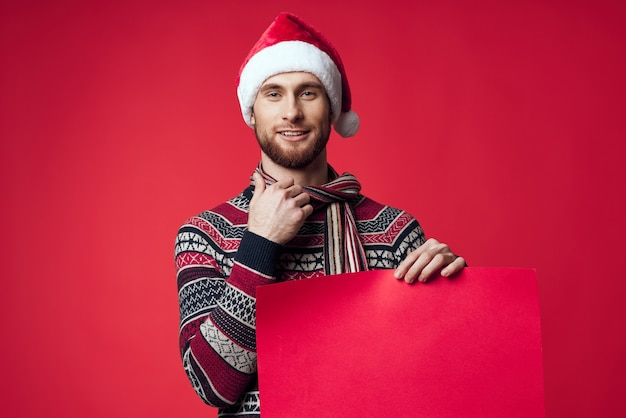 Emotionele man in nieuwjaarskleren die reclame maken voor kopieerruimte rode achtergrond