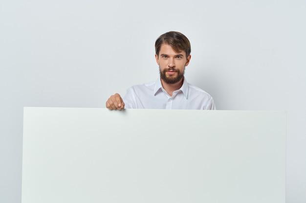 Emotionele man in shirt gebaren met zijn handen witte zakelijke advertentie.