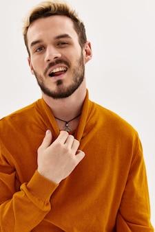 Emotionele man in trui mode herfst stijl moderne kleding close-up