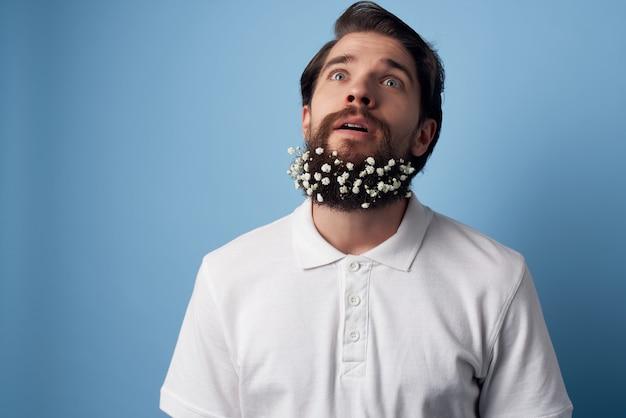 Emotionele man in wit overhemd bloemen in baard kapperszaak decoratie