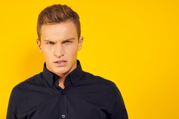 Emotionele man in zwart shirt gele levensstijl