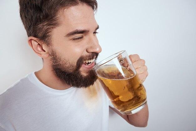Emotionele man met een grote mok bier alcoholische drank gebaren met zijn handen dronken staat