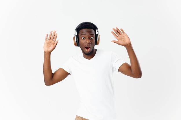 Emotionele man met koptelefoon muziekliefhebber entertainment dansen levensstijl