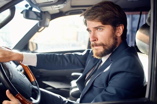 Emotionele man, officieel passagiersbestuurder, succes op de weg