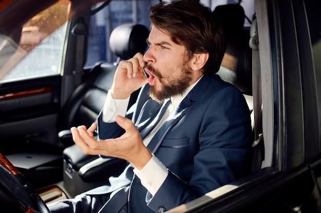Emotionele man officiële passagierschauffeur wegenwacht. hoge kwaliteit foto