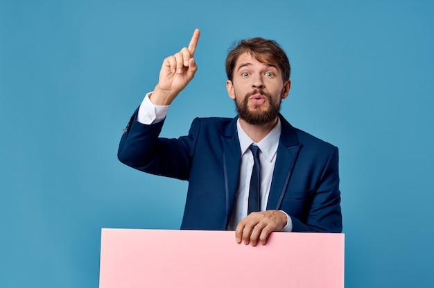Emotionele man reclame banner presentatie geïsoleerde achtergrond