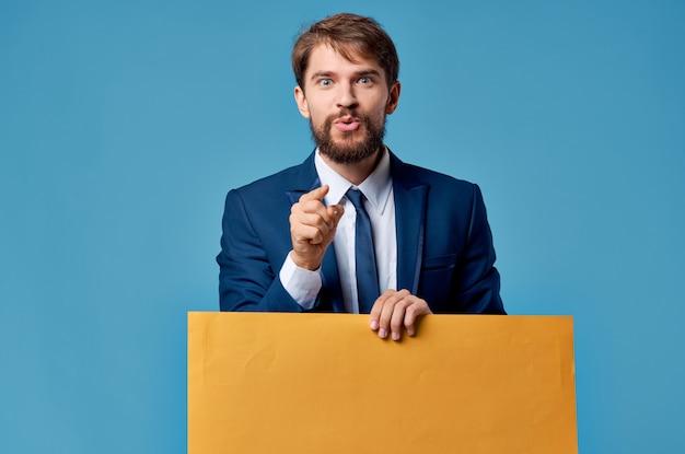 Emotionele man reclame gele banner presentatie blauwe achtergrond