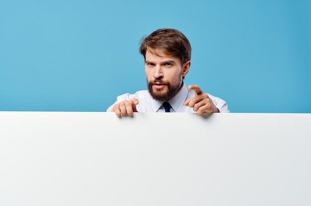 Emotionele man reclame witte banner presentatie geïsoleerde achtergrond. hoge kwaliteit foto
