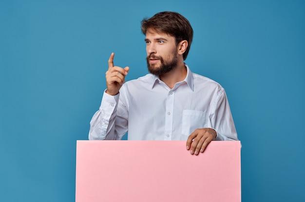 Emotionele man roze banner in de hand blanco blad presentatie geïsoleerde achtergrond. hoge kwaliteit foto