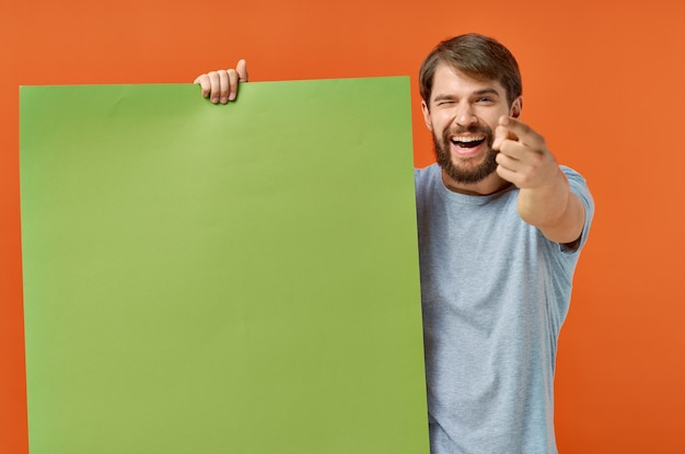 Emotionele man t-shirts groene mockup poster presentatie marketing