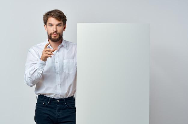 Emotionele man witte banner in de hand blanco blad presentatie geïsoleerde achtergrond. hoge kwaliteit foto