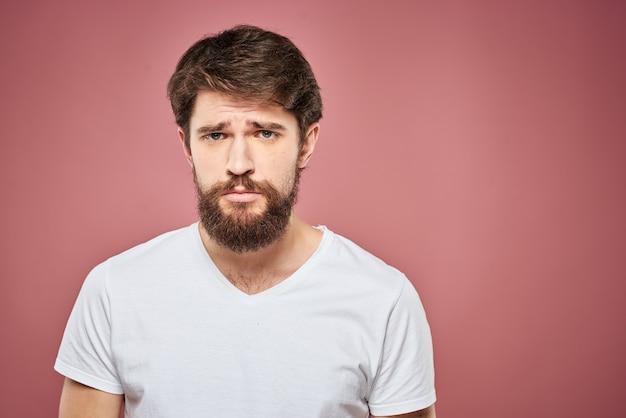 Emotionele man witte t-shirt trieste gezichtsuitdrukking geïsoleerd