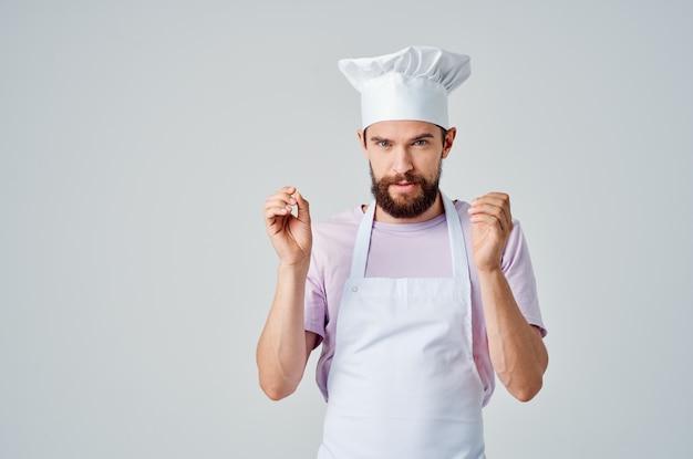 Emotionele mannelijke chef-kok gebaren met handen keuken professioneel werk