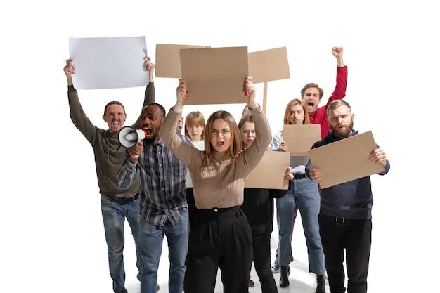 Emotionele multiculturele groep mensen schreeuwen terwijl blanco borden op wit
