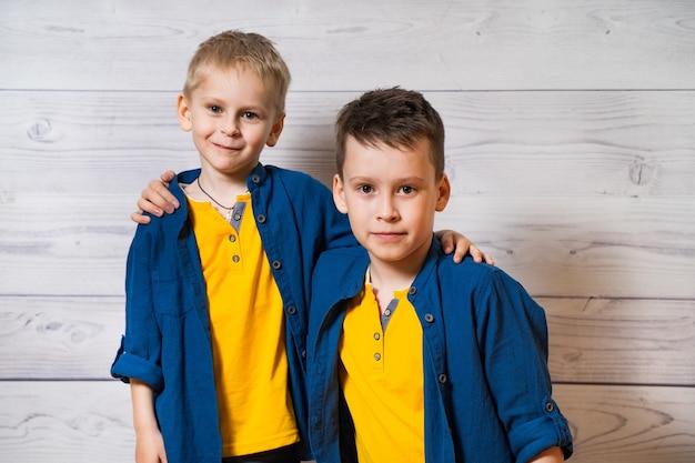 Emotionele portretten van gelukkige en positieve broertjes, kijkend en lachend naar de camera