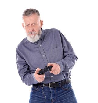Emotionele senior man die videogame speelt op witte achtergrond