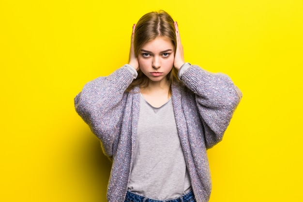 Emotionele stress. depressief meisje dat ogen gesloten houdt en oren bedekt met handen. hoor niet. ik wil schitterend geïsoleerd meisje niet horen.