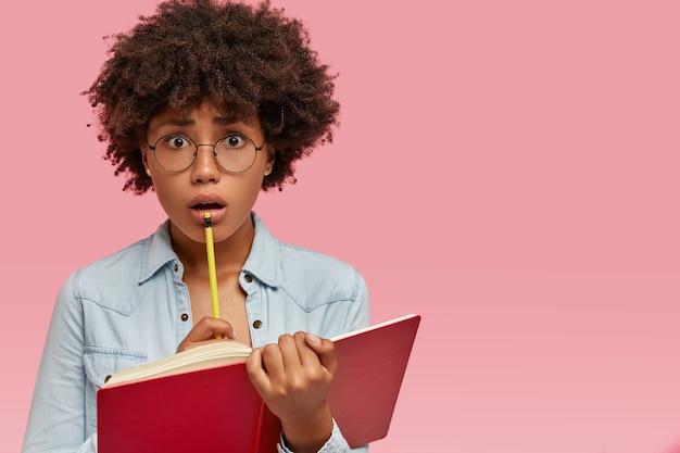 Emotionele stressvolle vrouwelijke nerd houdt potlood dichtbij mouh