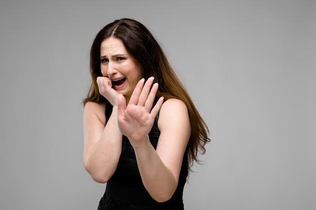 Emotionele trieste plus size model staande weergegeven: stop gebaar