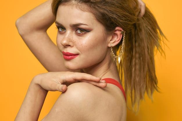 Emotionele vrouw golvend haar lichte make-up levensstijl geel