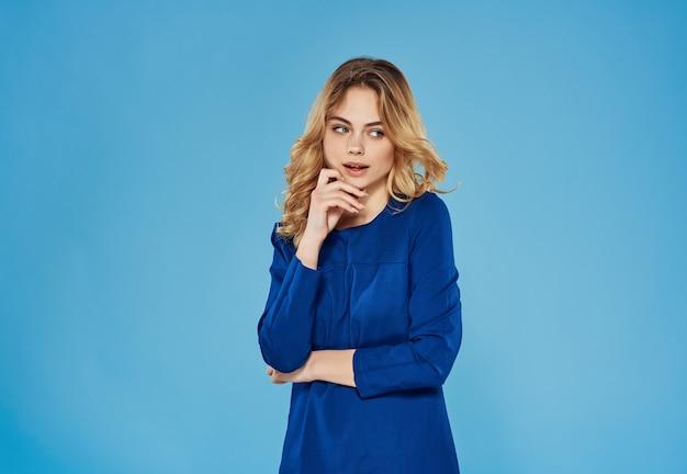 Emotionele vrouw in blauwe jurk studio blauwe achtergrond model