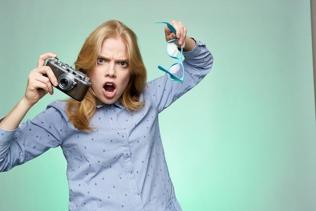 Emotionele vrouw in shirt fotografische camera glazen studiofotograaf. hoge kwaliteit foto
