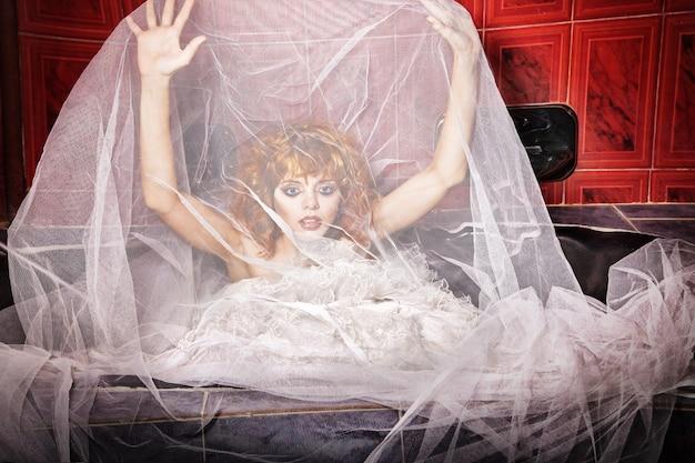 Emotionele vrouw in witte trouwjurk. badkamer
