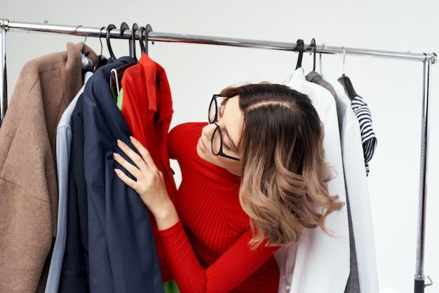 Emotionele vrouw kleerhanger dressoir mode interieur leuk retail studio lifestyle