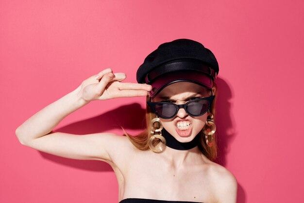 Emotionele vrouw met de toebehoren van zonnebriljuwelen glamourroze