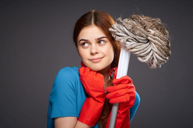 Emotionele vrouw met een mop in de hand schoonmaak kamers thuiszorg.