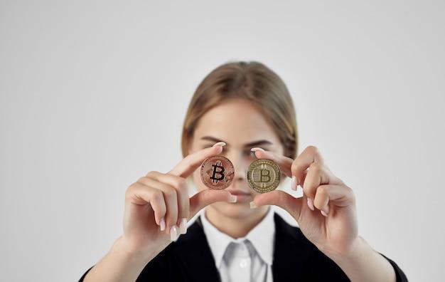 Emotionele vrouw met financiële rekenmachine cryptocurrency bitcoin.