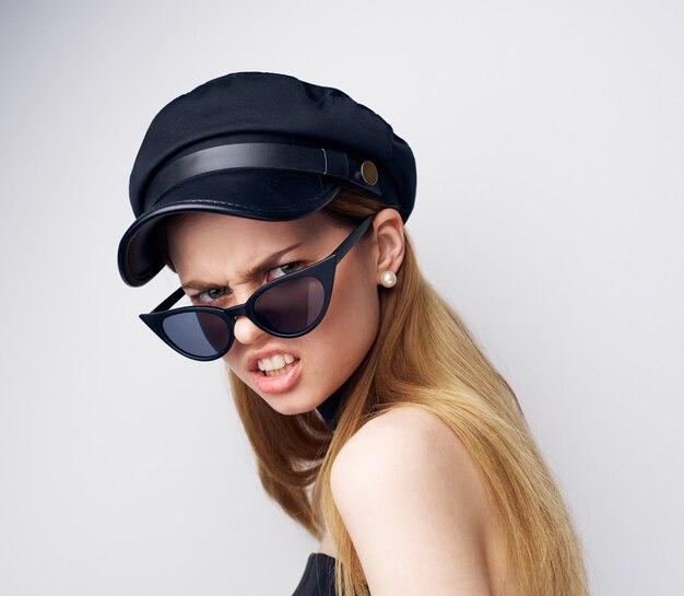 Emotionele vrouw met zonnebril elegante stijl de decoratieclose-up van de aantrekkingskracht.