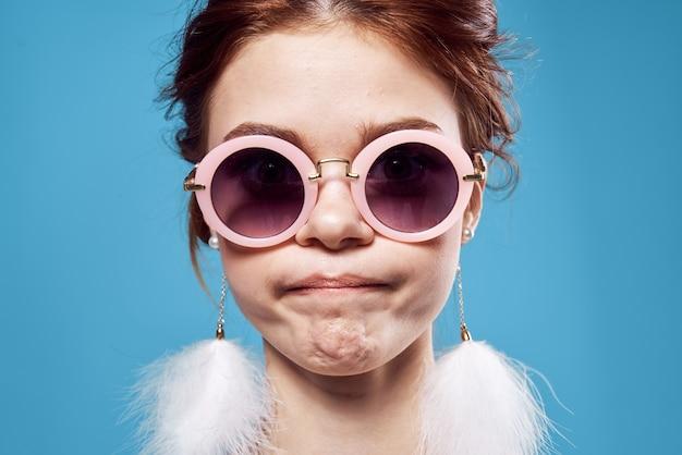 Emotionele vrouw met zonnebril pluizige oorbellen gezicht close-up
