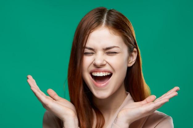 Emotionele vrouw verrast blik emoties handgebaren groen.