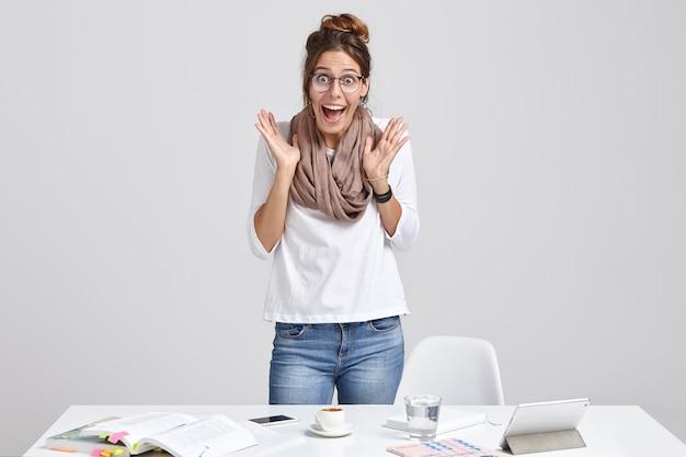 Emotionele vrouw wetenschapper bereidt wetenschappelijk rapport voor
