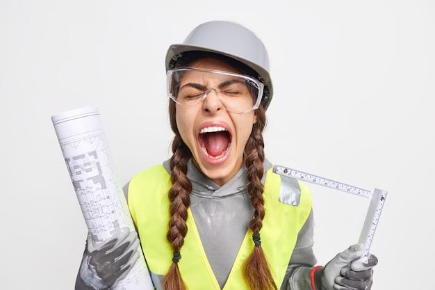 Emotionele vrouwelijke ingenieur roept luid en houdt mond open